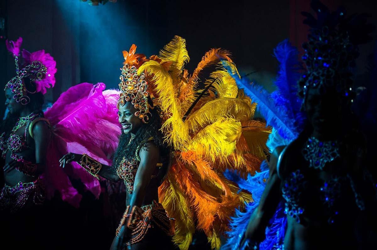 Orchestre et danseuses de Batucada et Samba dans le Salon des Musiques. Les costumes de plumes multicolores.
