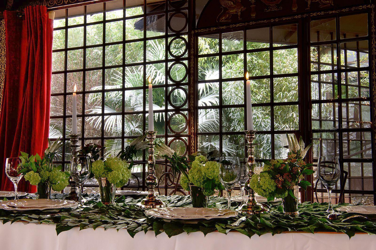 tables dressées avec centres dans le salon des musiques