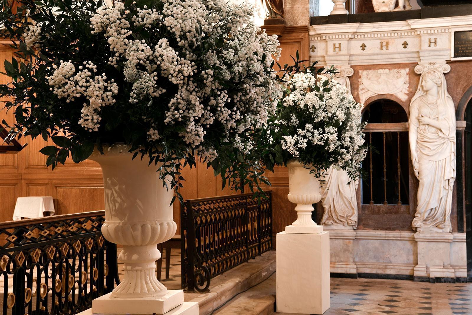 L'église et son mausolée, fleuris pour une cérémonie de mariage