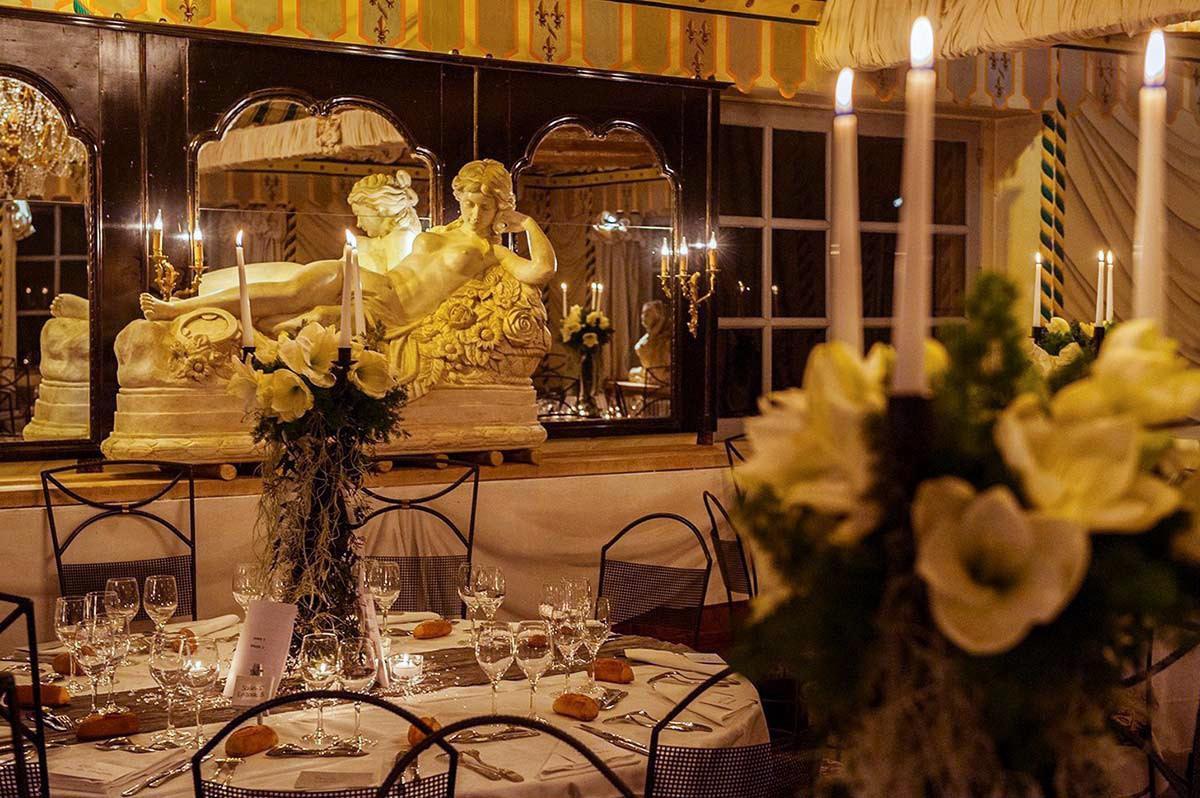 Dans la salle sous mansarde du château, le repas de mariage est dressé