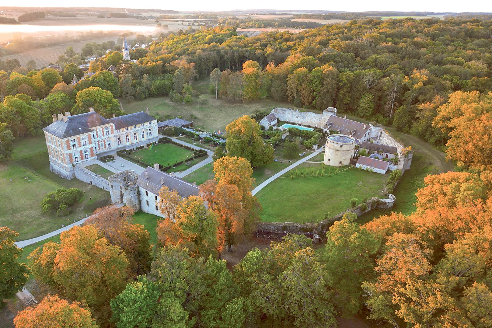 l'automne à Vallery, le château et son église entre deux mariages
