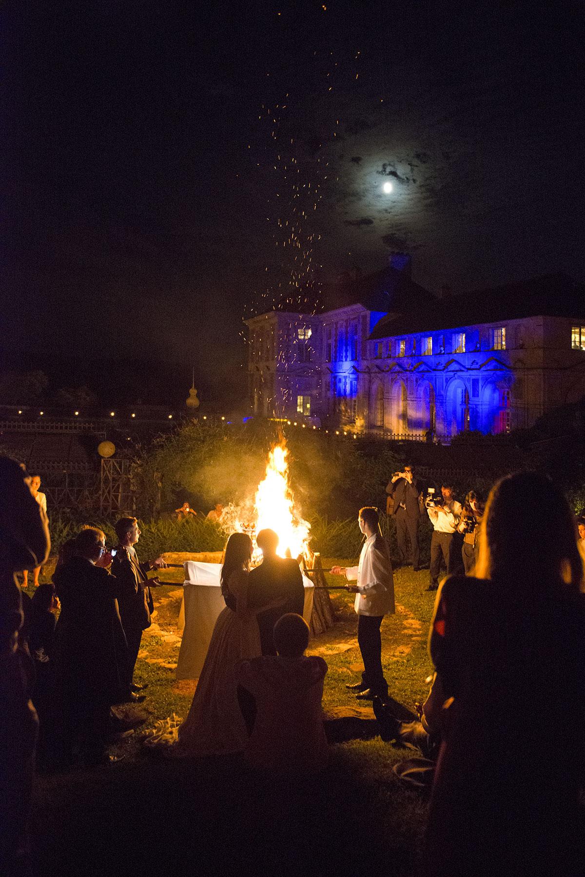 feu dans le parc du château avec mariés et invités