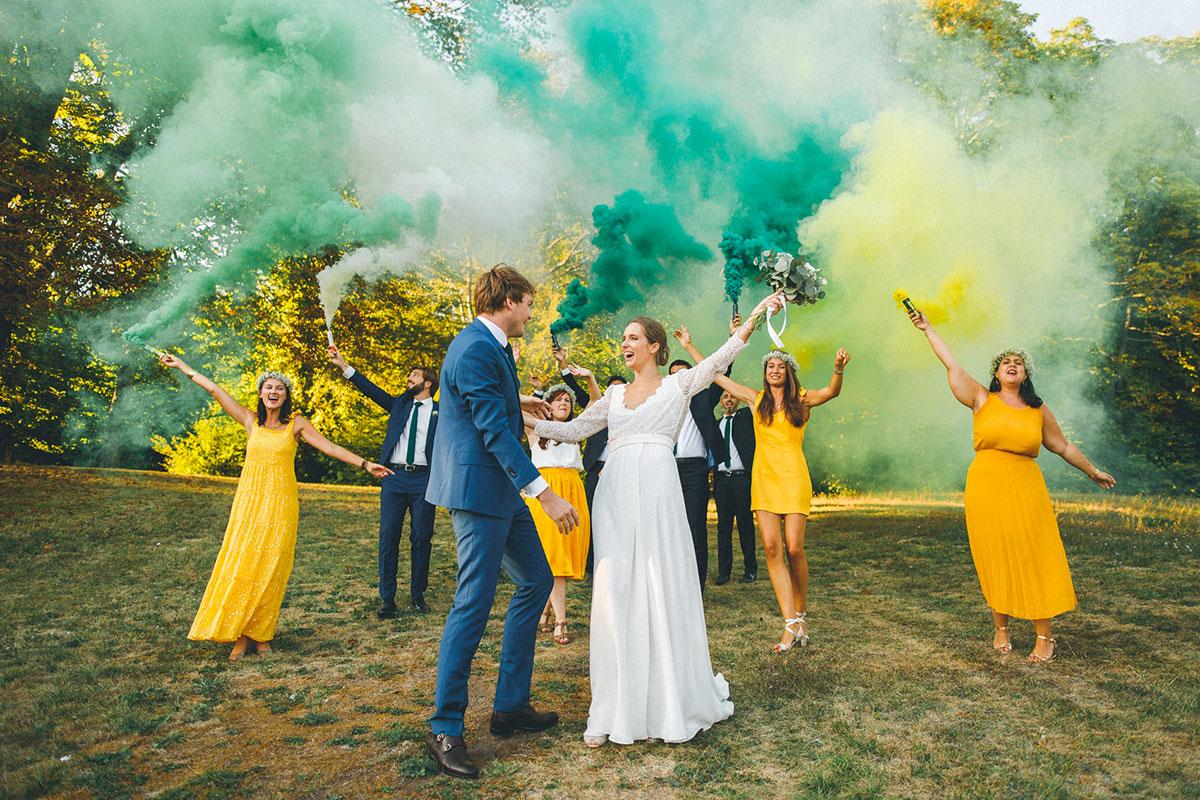 Les mariés pausent dans le parc