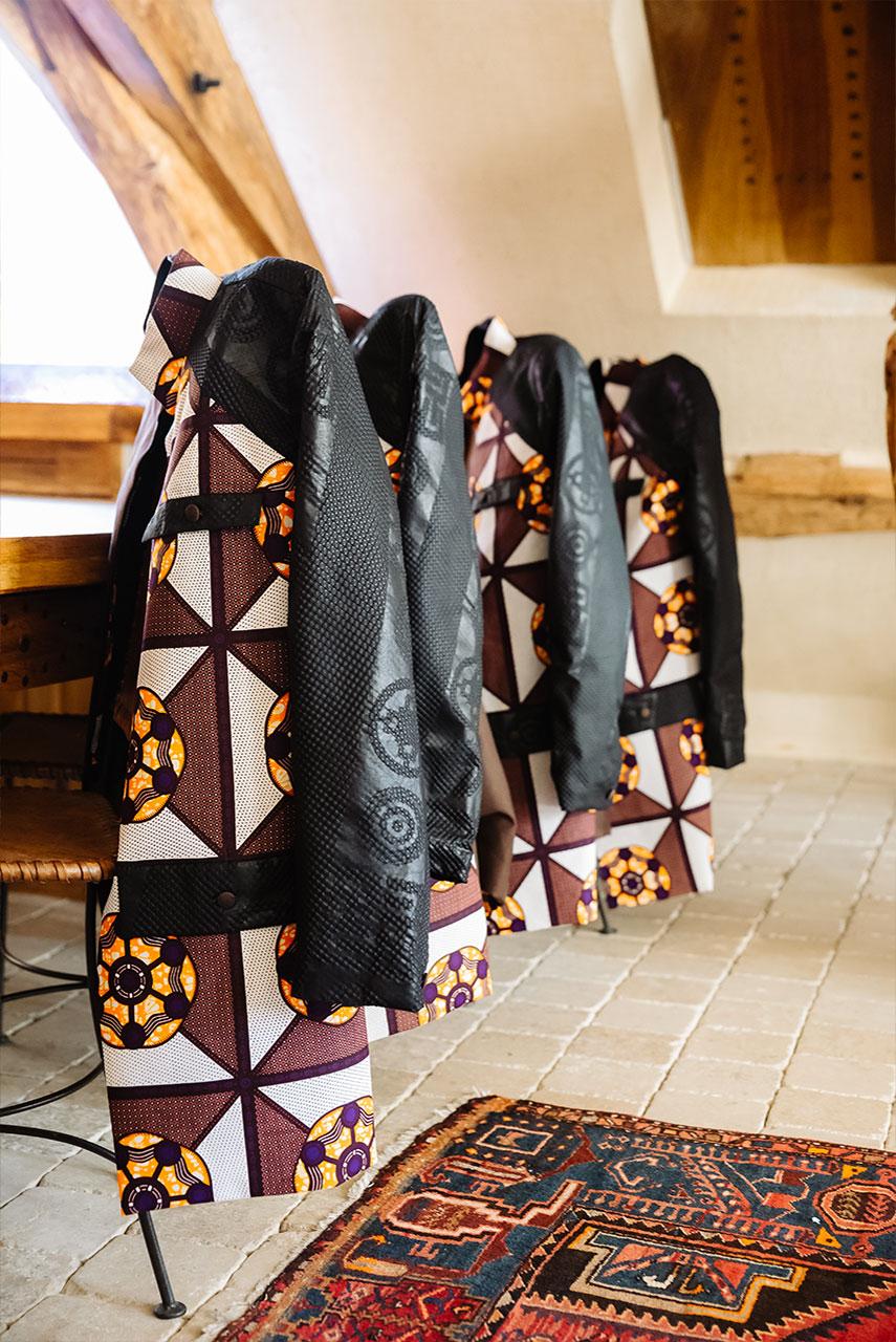 vestes posées sur des chaises