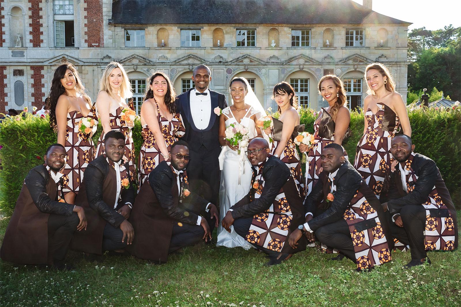 les mariés devant le château